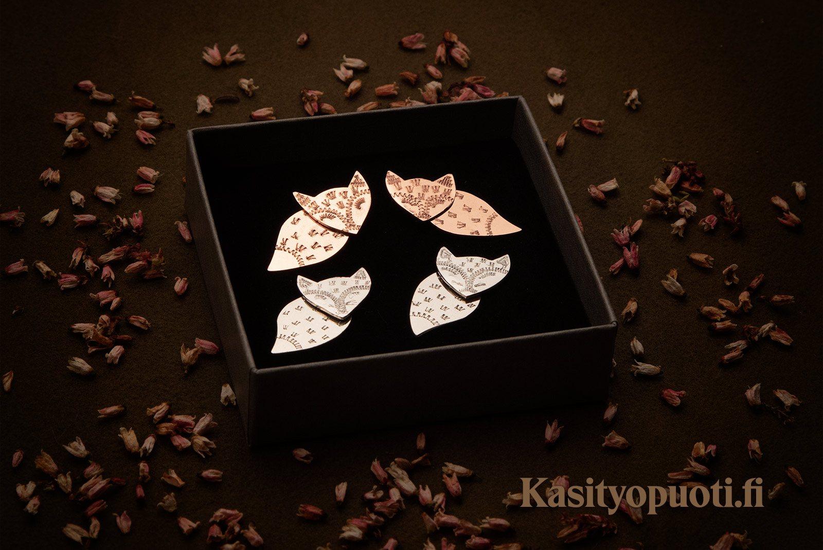 Kettu-korvakorut ovat saatavilla hopeisina ja kuparisina