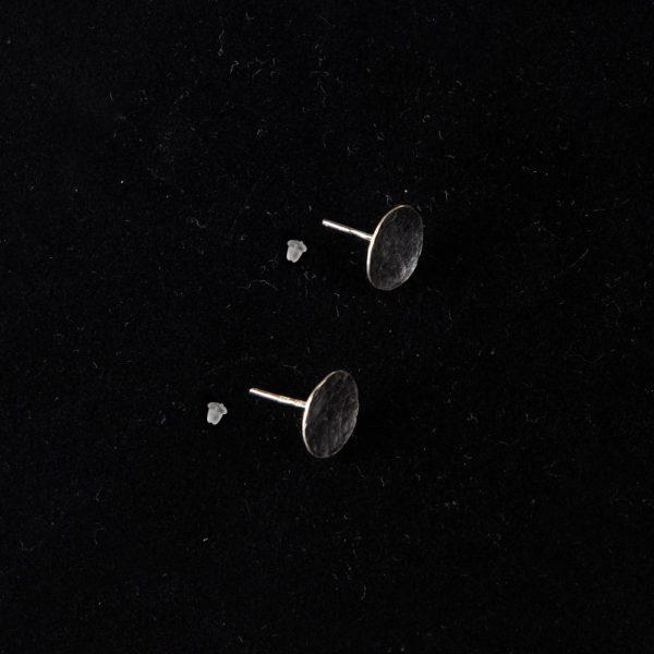 Hopeanasta korvakoru kiinnitys silikonitupeilla