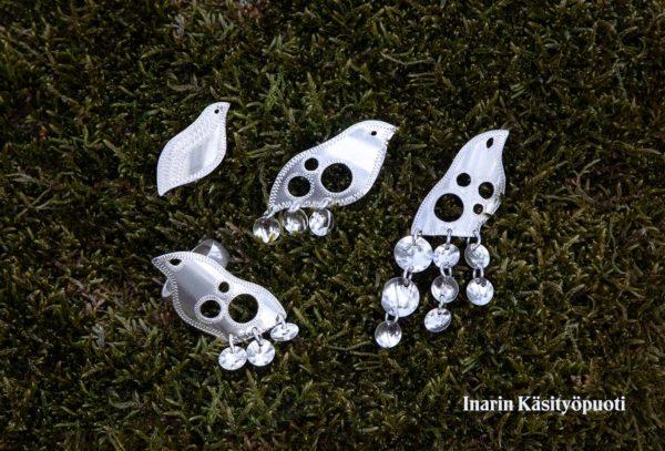 Riekko-sarjaan kuuluu hopeasormus ja kolme erilaista hopeakorvakorua.