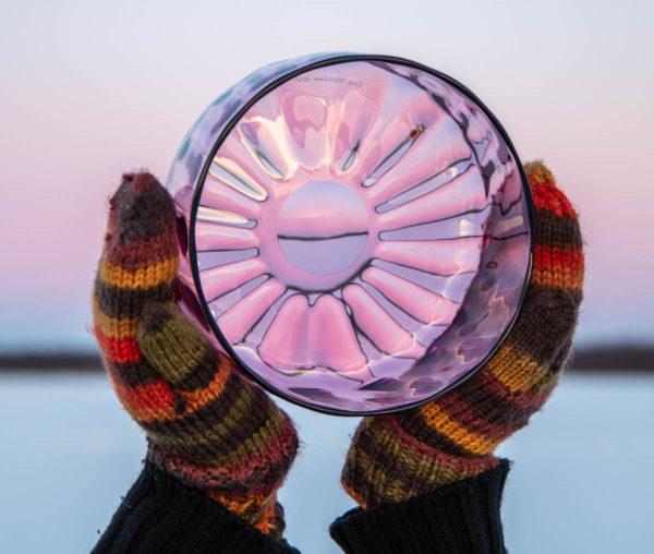 Pinkki Laine-lasikulho kaamoksen valossa.