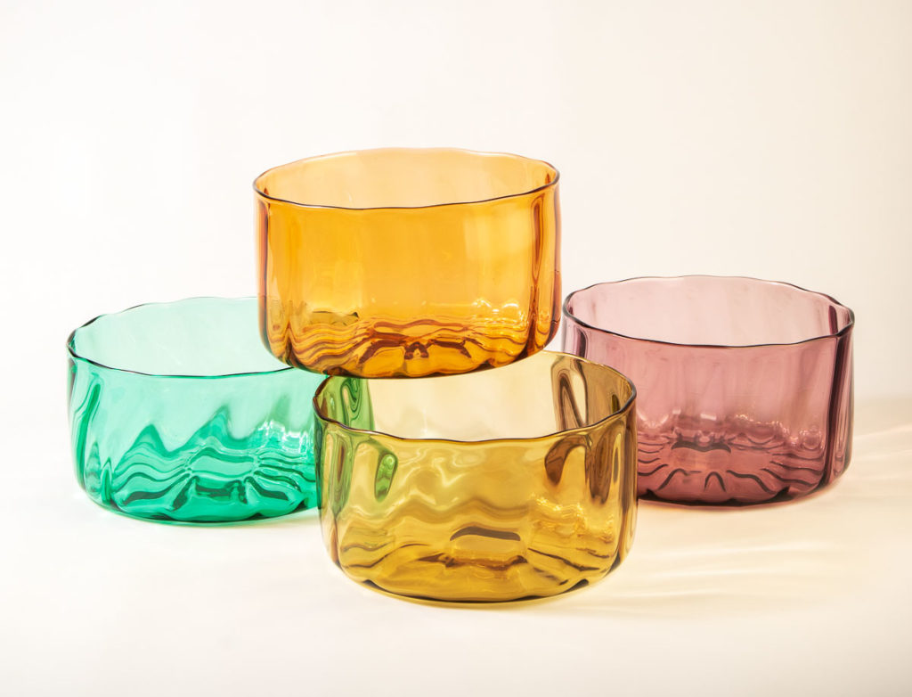 Värikkäät, isot lasikulhot. Laine-käyttölasisarjan salaattikulhot.