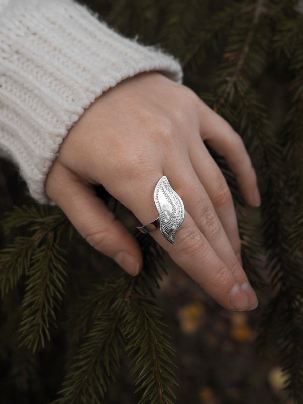 Riekko-sormus hopeaa.