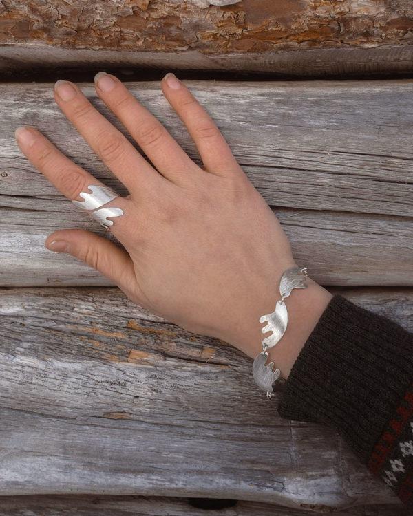 Sarvet kierresormus ja rannekoru hopeaa, harjattu