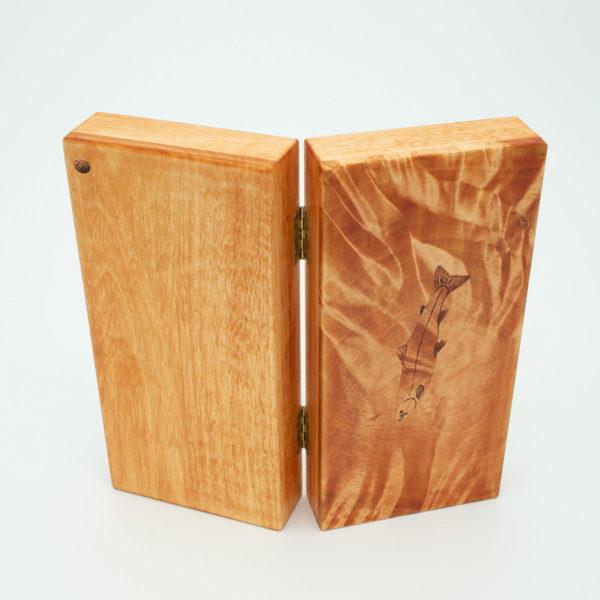 Lohi puinen perhorasia.